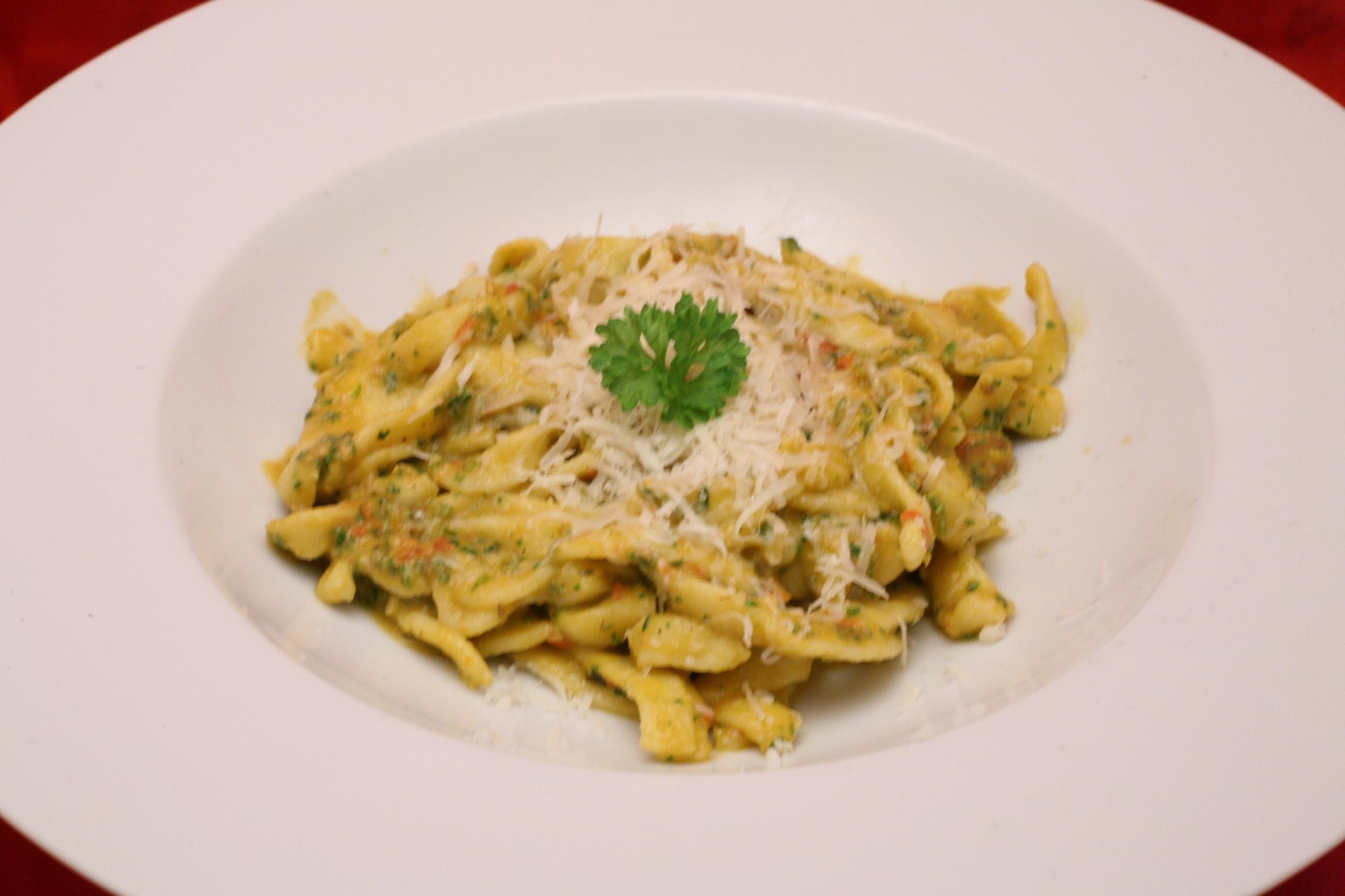 Frische Tagliatelle mit Tomaten-Kräuter-Pesto