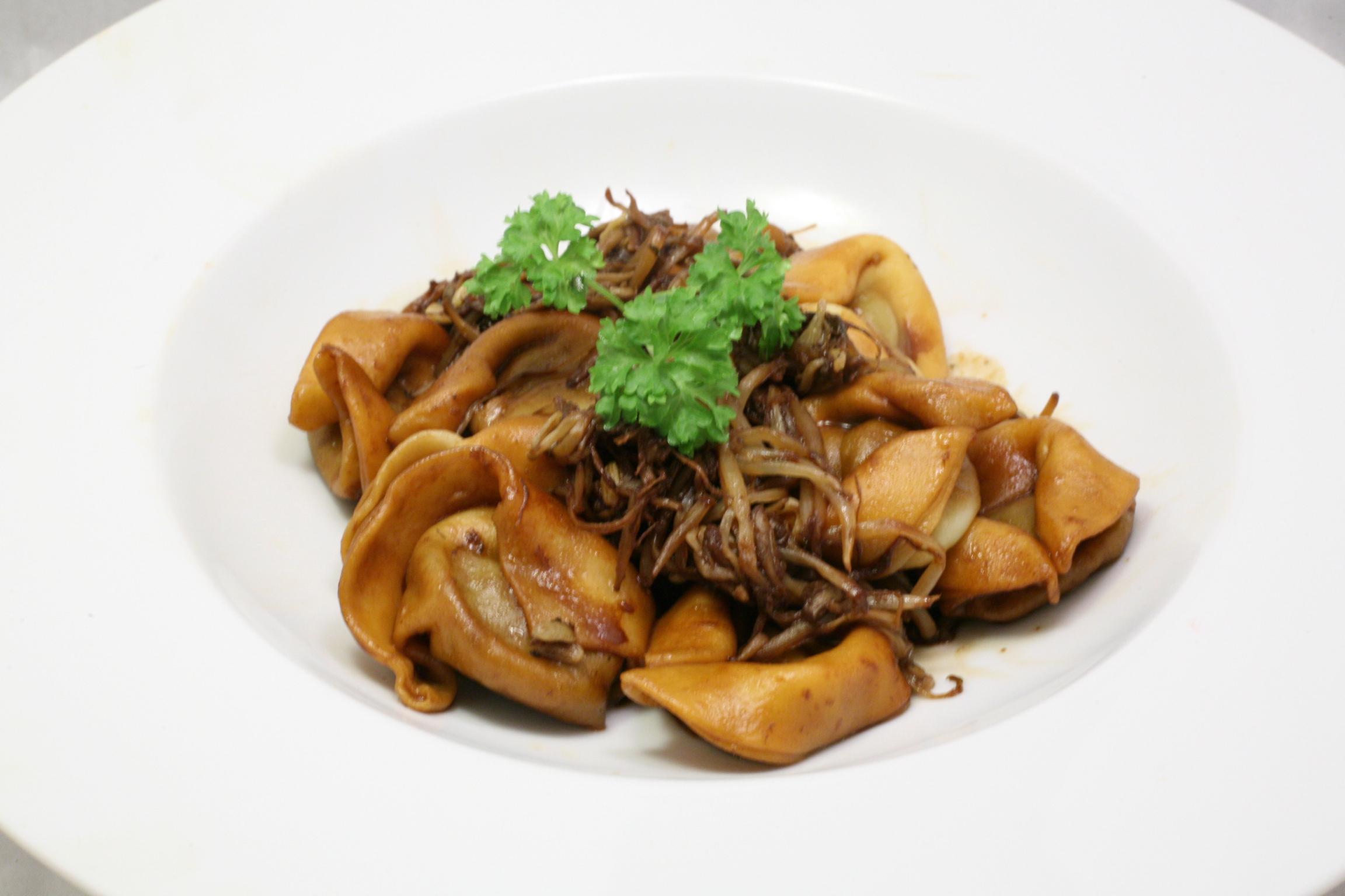 Frische Tortellini mit Mungobohnen-Keimlingen in Soja-Sauce