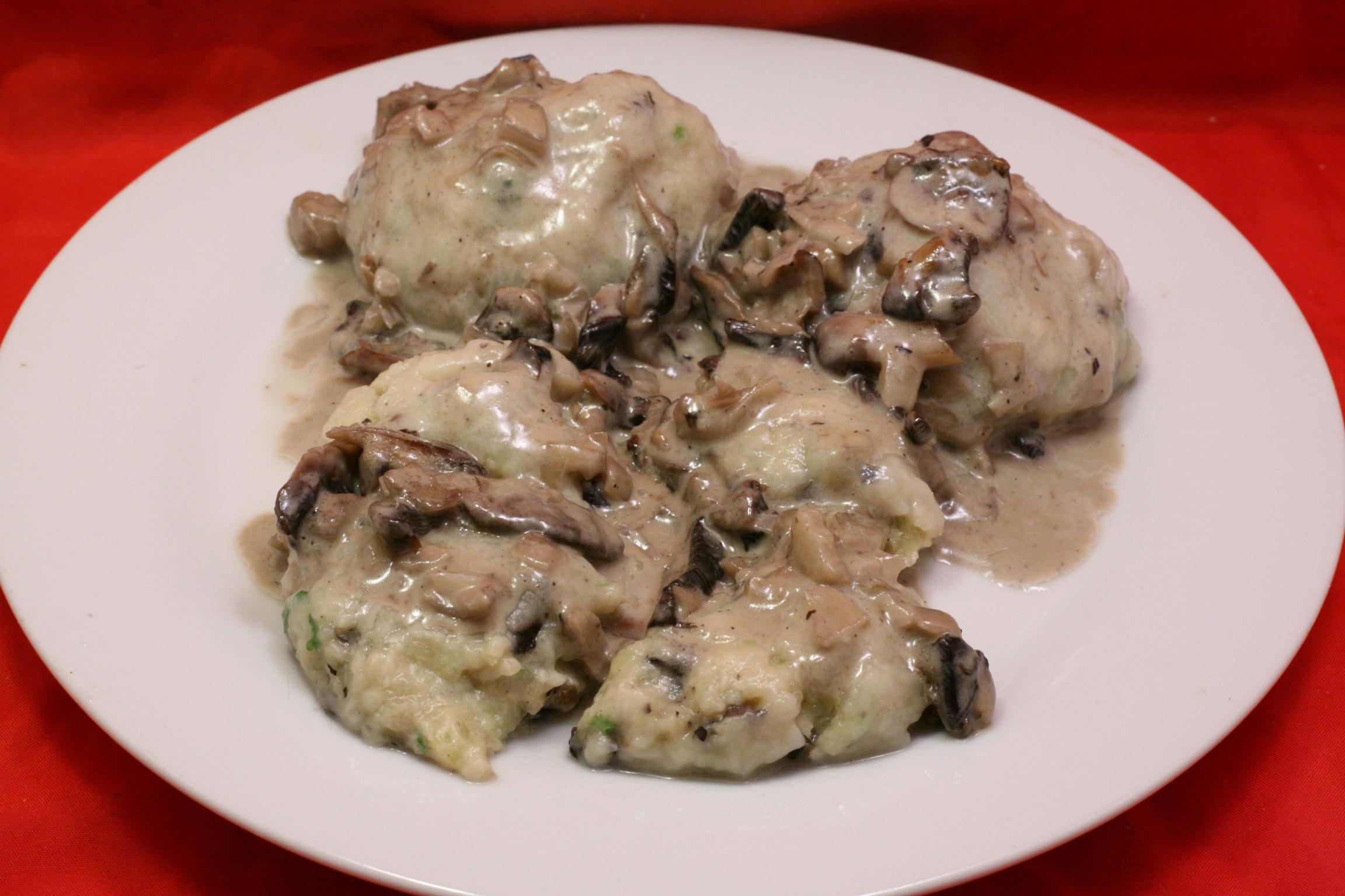 Champignon-Kartoffelklöße mit Champignon-Sahne-Sauce