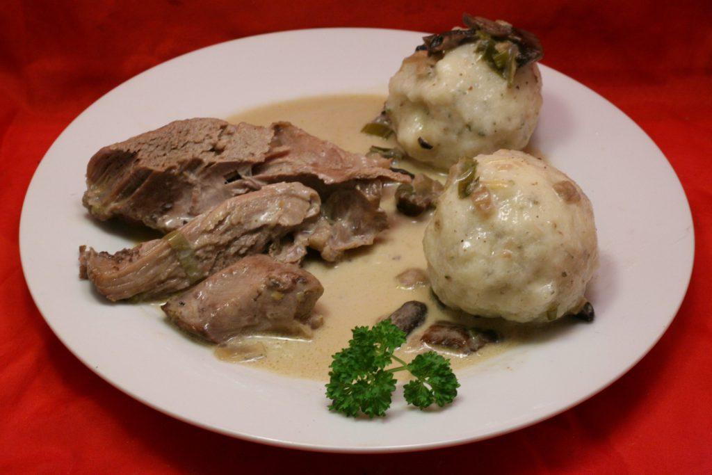Putenbraten in Sahne-Sauce mit Kartoffelklößen