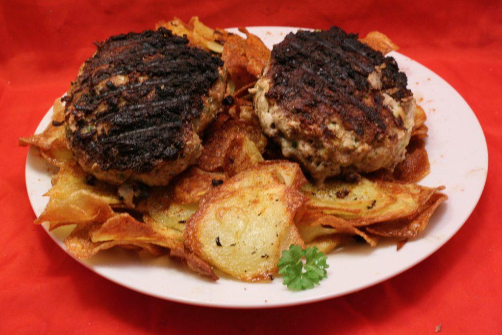 Frikadellen auf Kartoffel-Chips-Bett