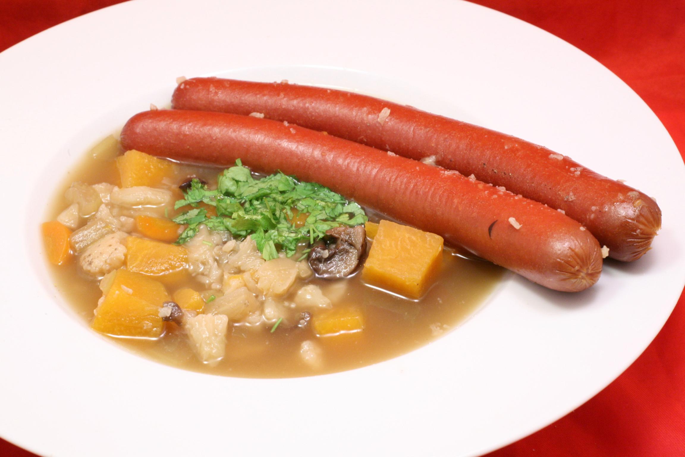 Gemüse-Eintopf mit Würstchen