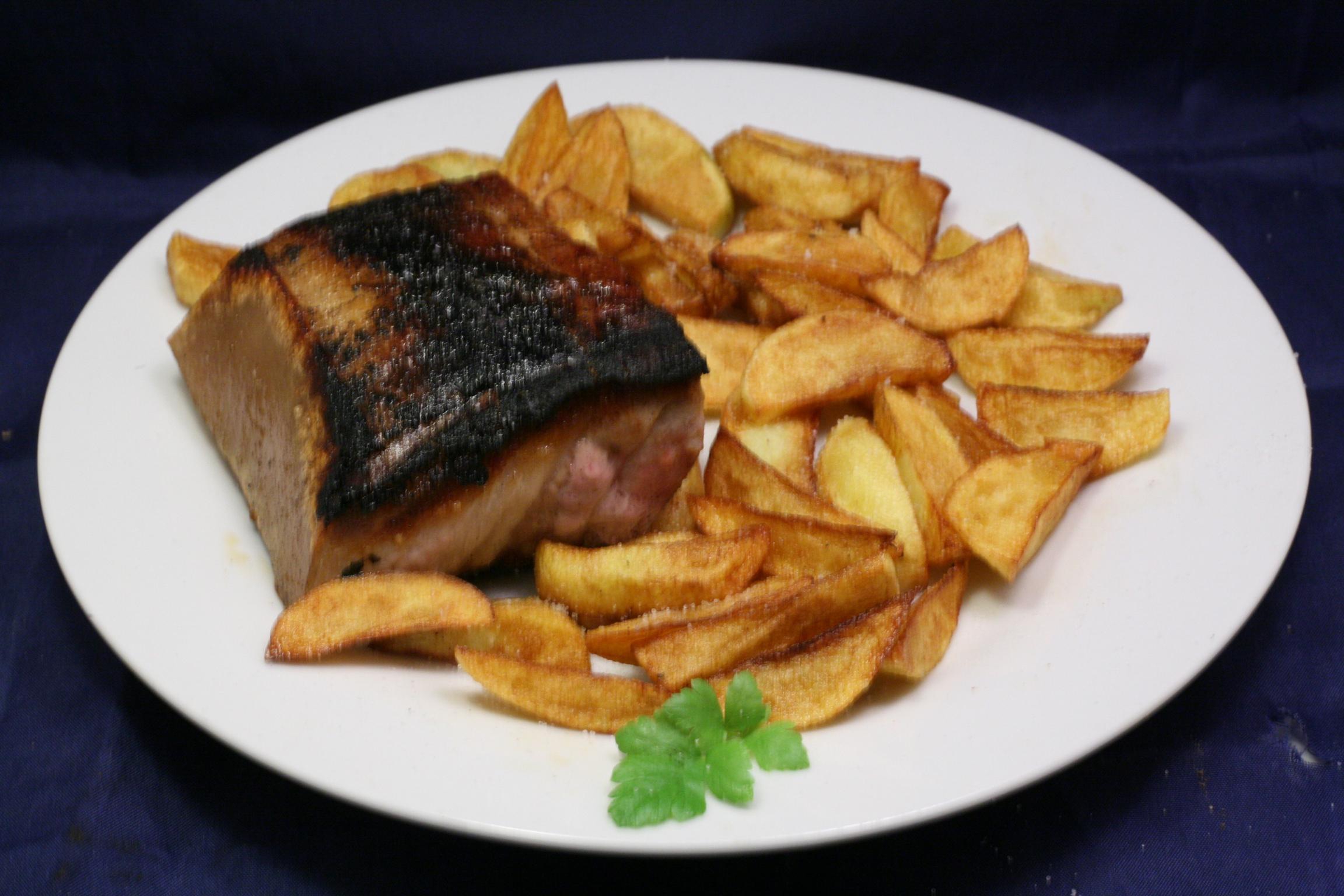Gegrillter Schweinebauch mit Kartoffelspalten