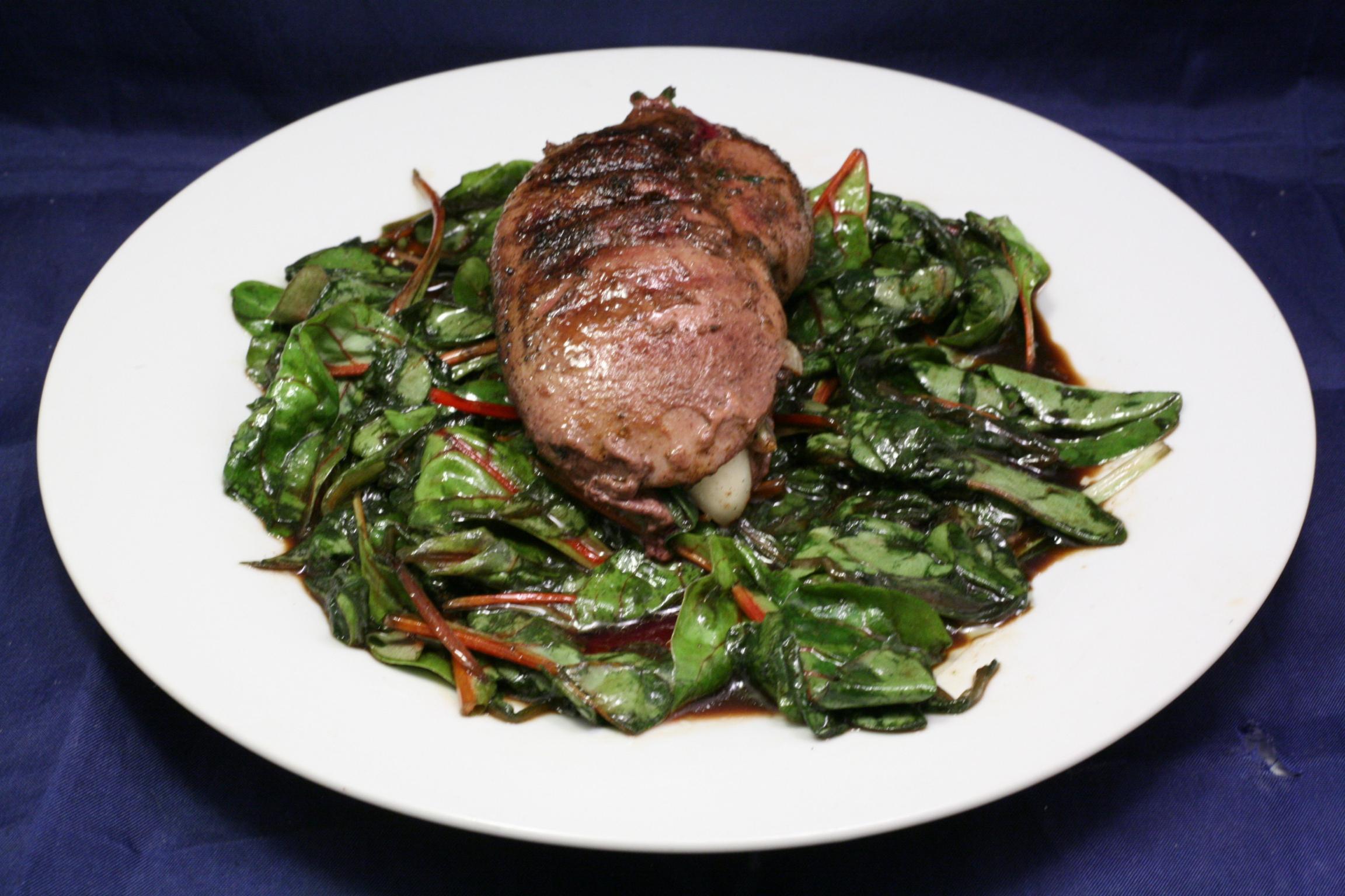 Gegrillte Schweine-Niere auf rotem Mangold-Salat