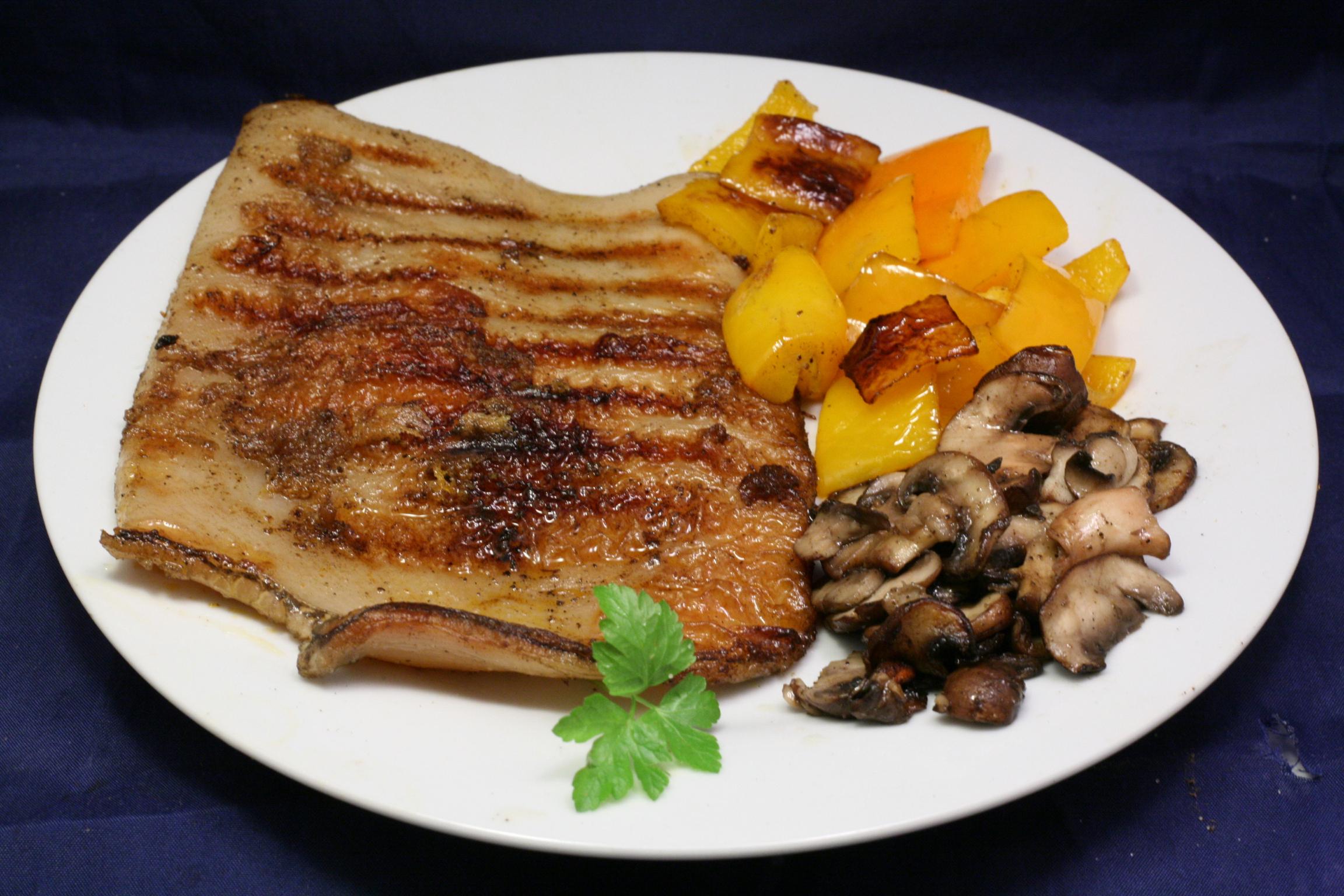 Gegrillter Pansen mit Paprika und Champignons