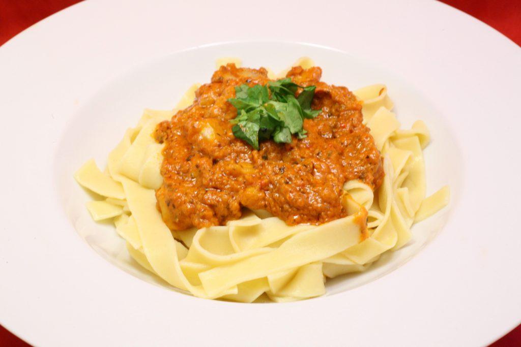 Rotbarsch-Filet in Tomaten-Sauce mit Bandnudeln