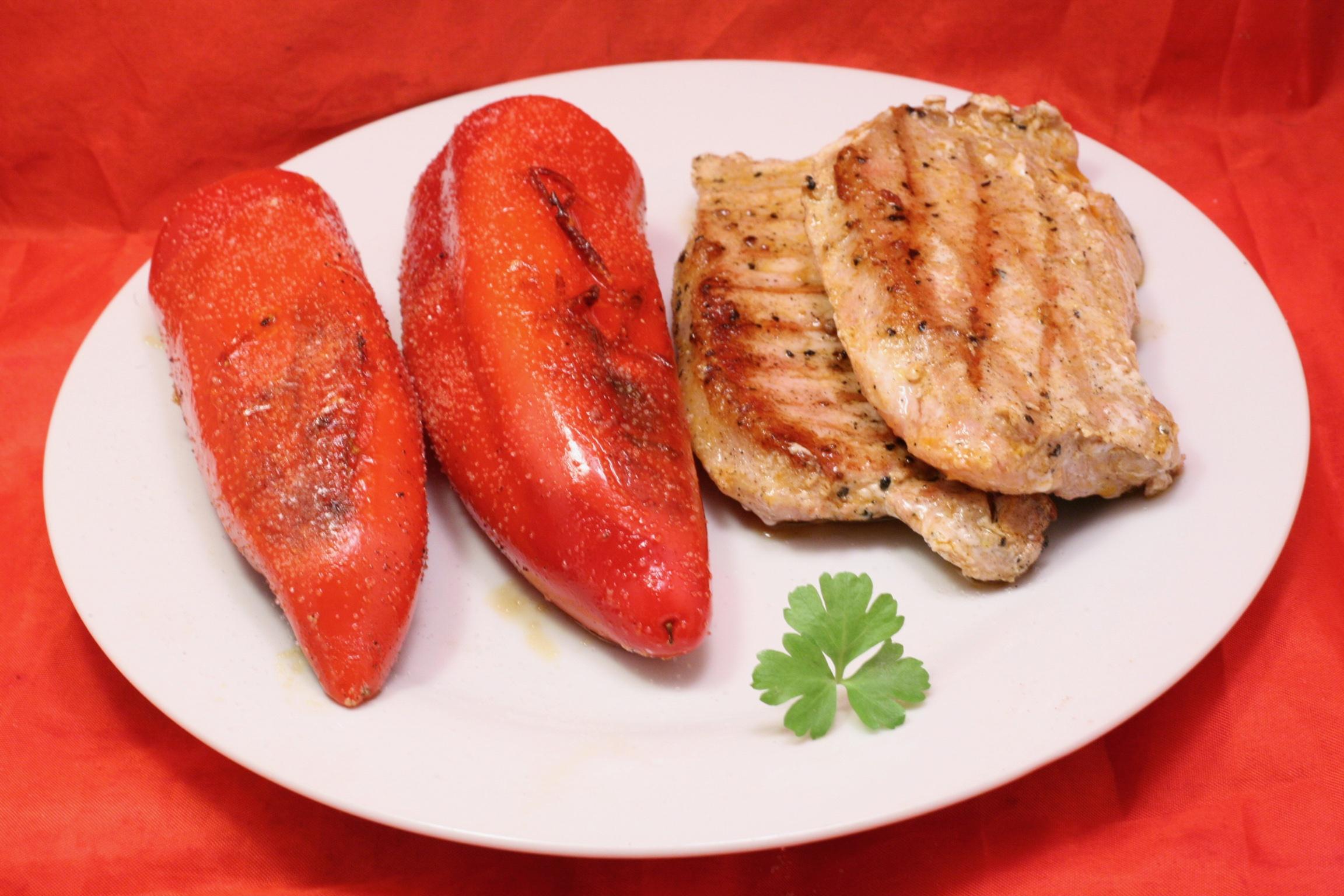 Gegrillte Schweine-Steaks mit gegrillten Spitz-Paprika