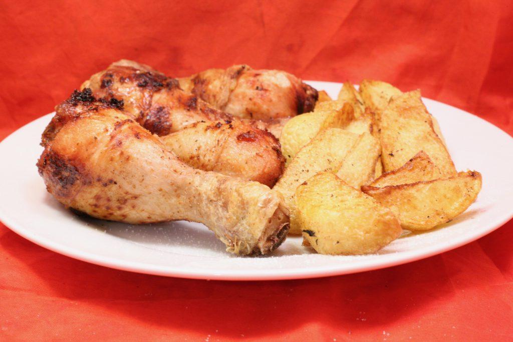 Hähnchenunterschenkel mit Kartoffelspalten