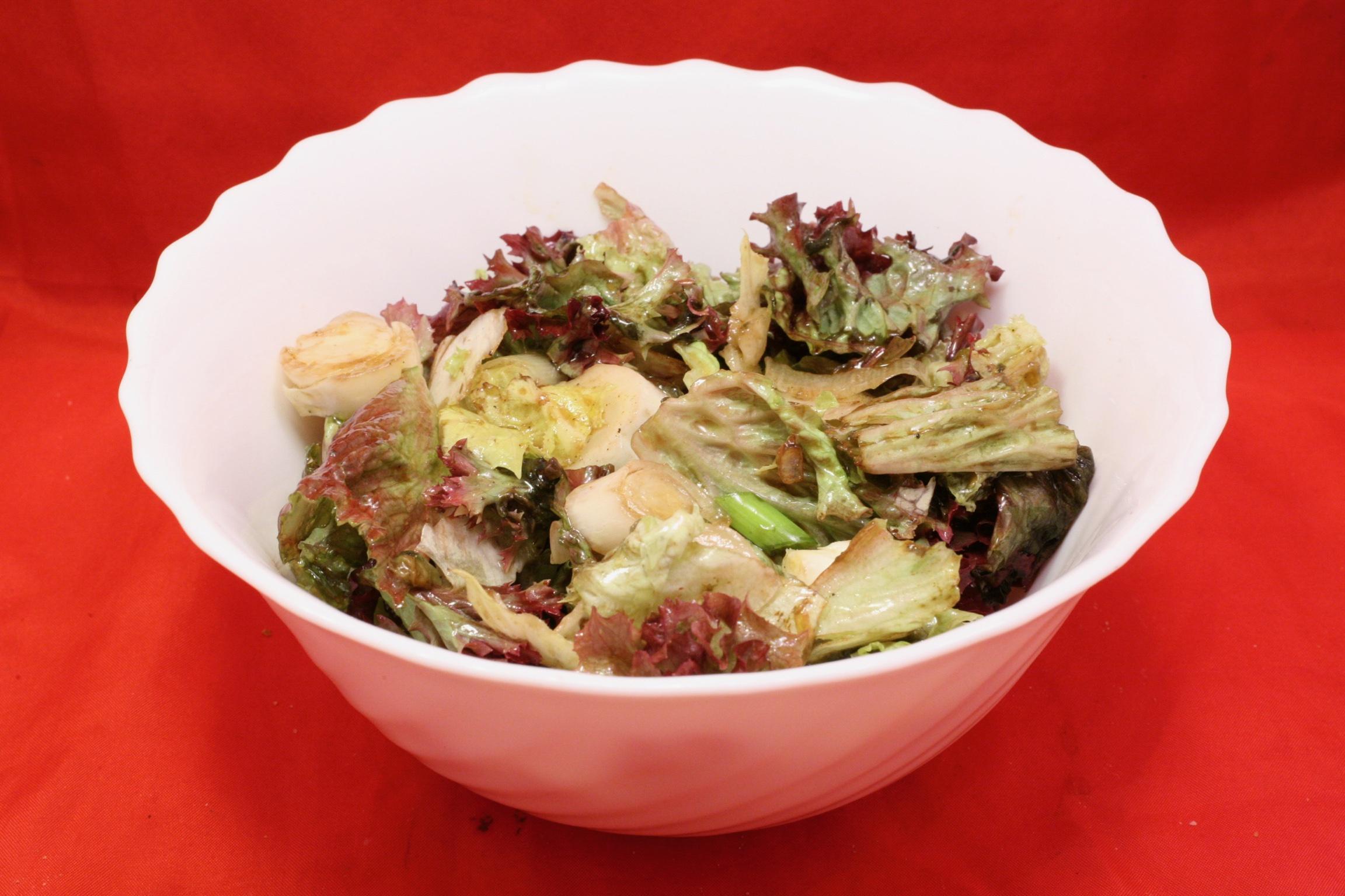 Salat mit Lollo rosso, Chicorée und Lauchzwiebel