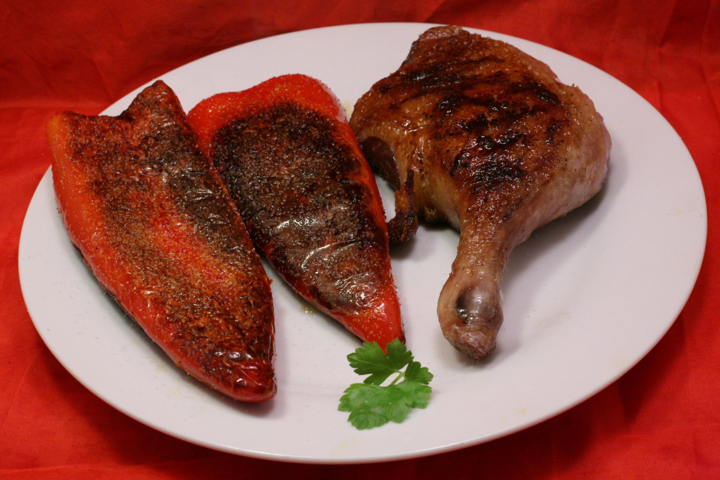 Gegrillter Entenschenkel mit gegrillten Spitz-Paprika