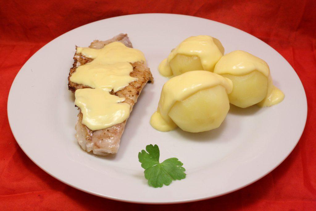 Gegrillte Rotbarsch-Filets mit Salzkartoffeln und Sauce Hollandaise