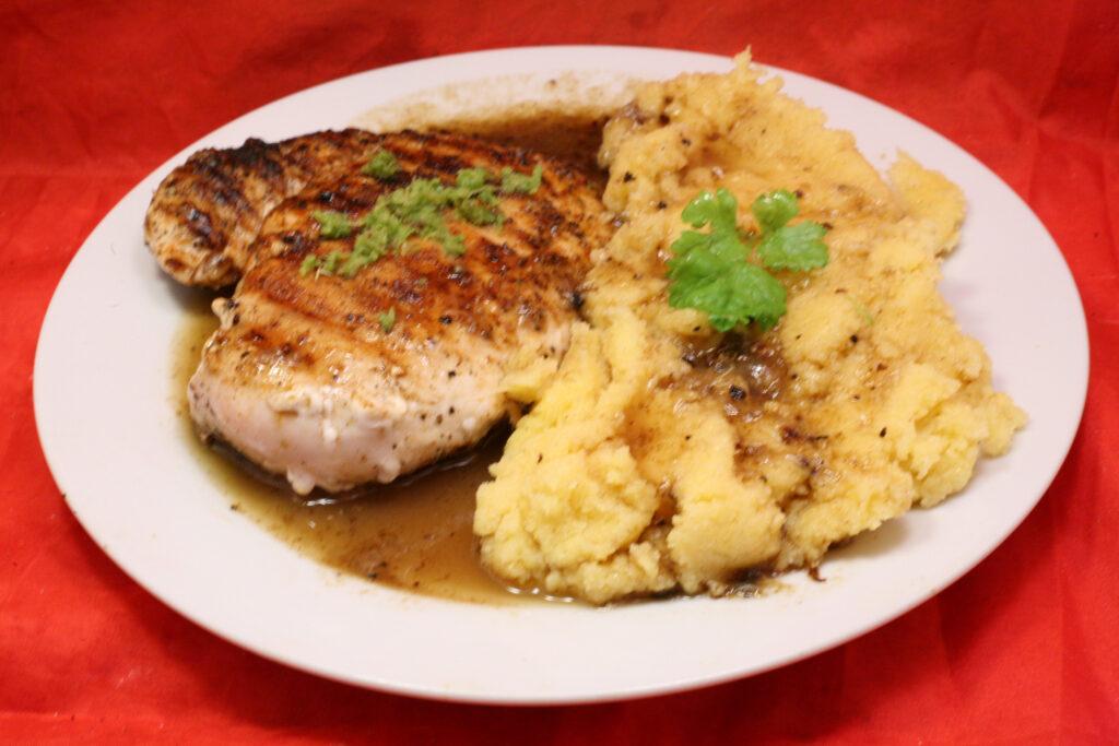 Gegrilltes Hähnchenbrustfilet mit Polenta in Limetten-Sauce