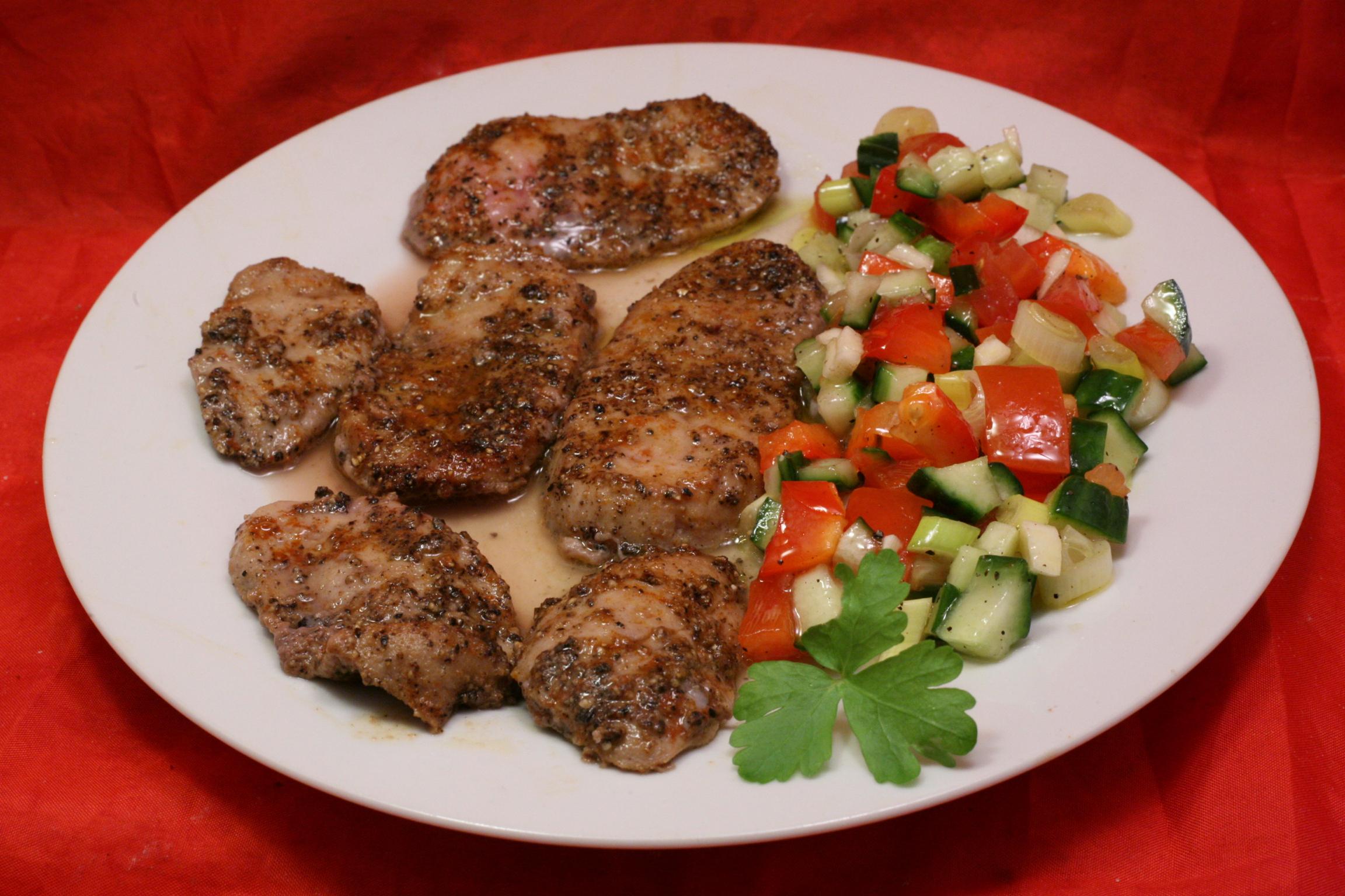 Gegrillter Stierhoden mit frischem Salat