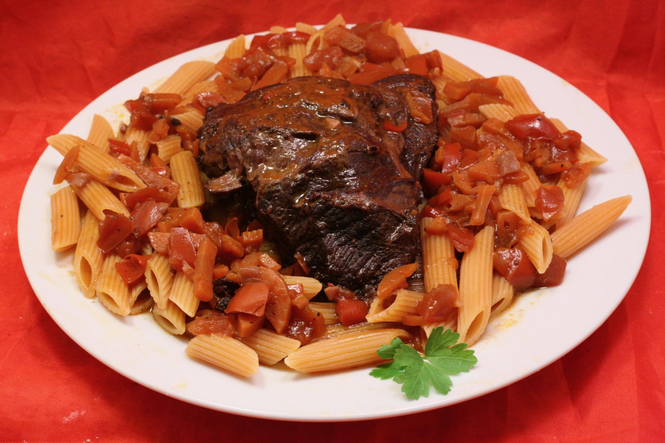 Rinderbäckchen mit Roter-Linsen-Pasta in dunkler Sauce