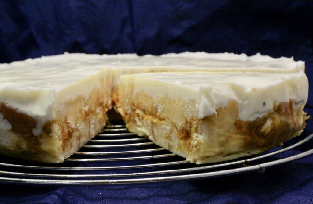 Weiße Toast-Sanddorn-Sahne-Torte
