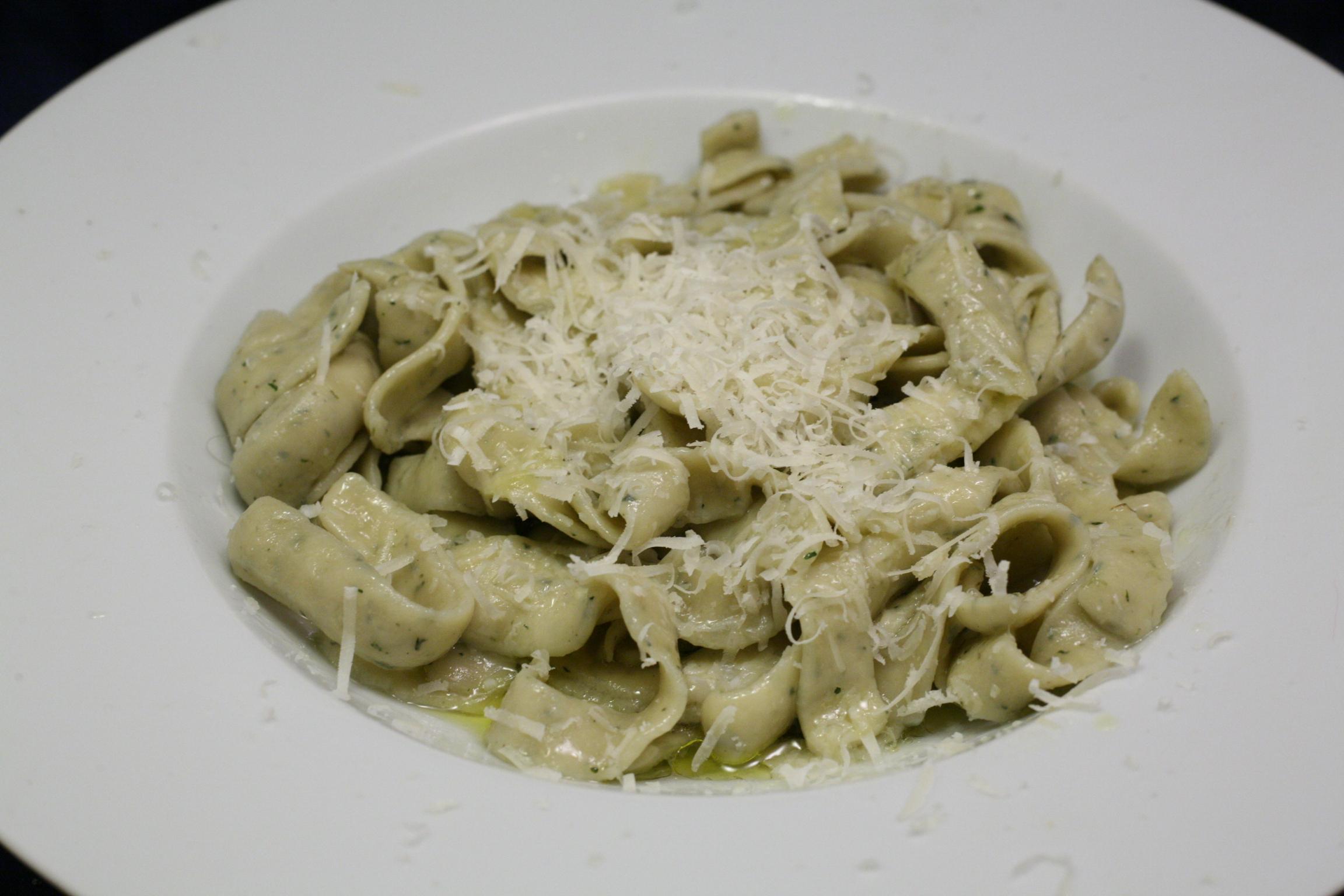 Frische Oregano-Pappardelle mit Olivenöl und Parmigiano Reggiano