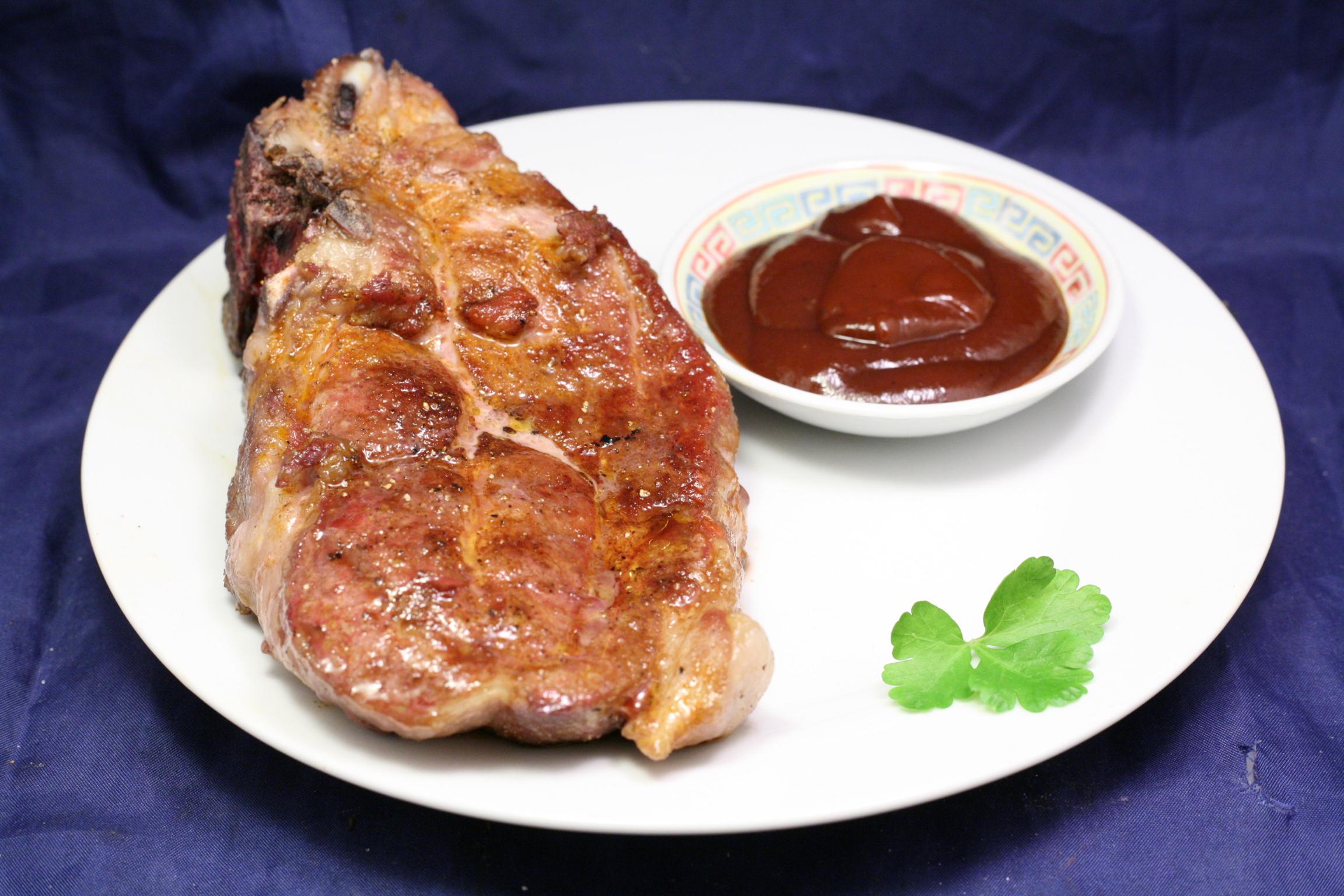Gegrilltes Schweine-Nackensteak mit rauchiger BBQ-Sauce