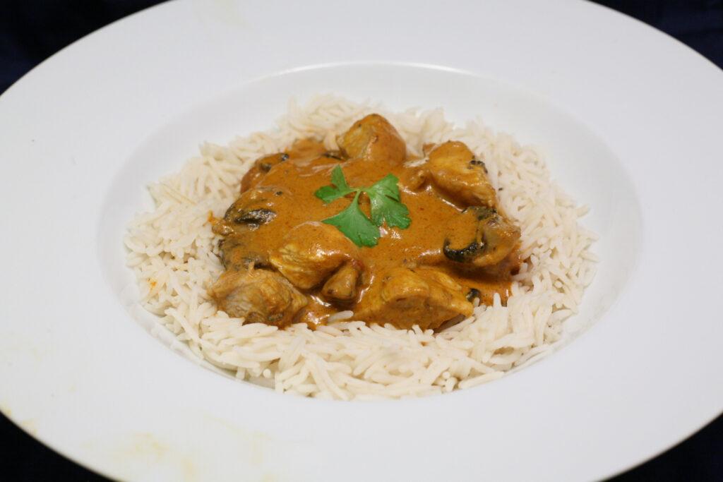 Putenfleisch und Champignons in rotem Thai-Curry mit Basmatireis