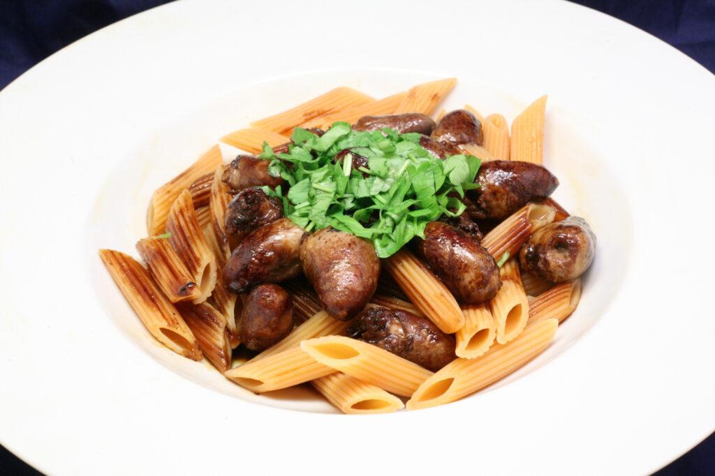 Hähnchenherzen mit Soja-Sauce und Rote-Linsen-Pasta