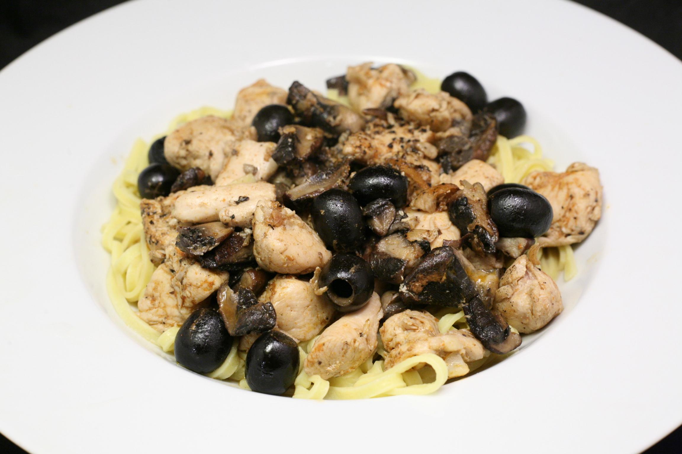 Putenfleisch mit Champignons und Oliven und Tagliolini