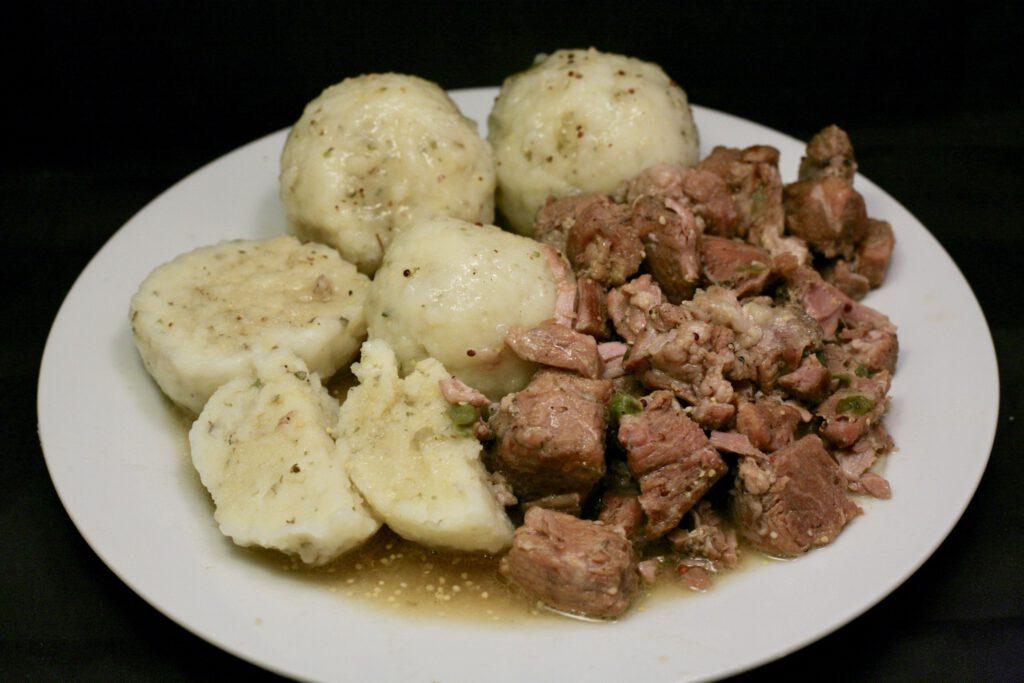 Bier-Gulasch mit Majoran-Kartoffelklößen