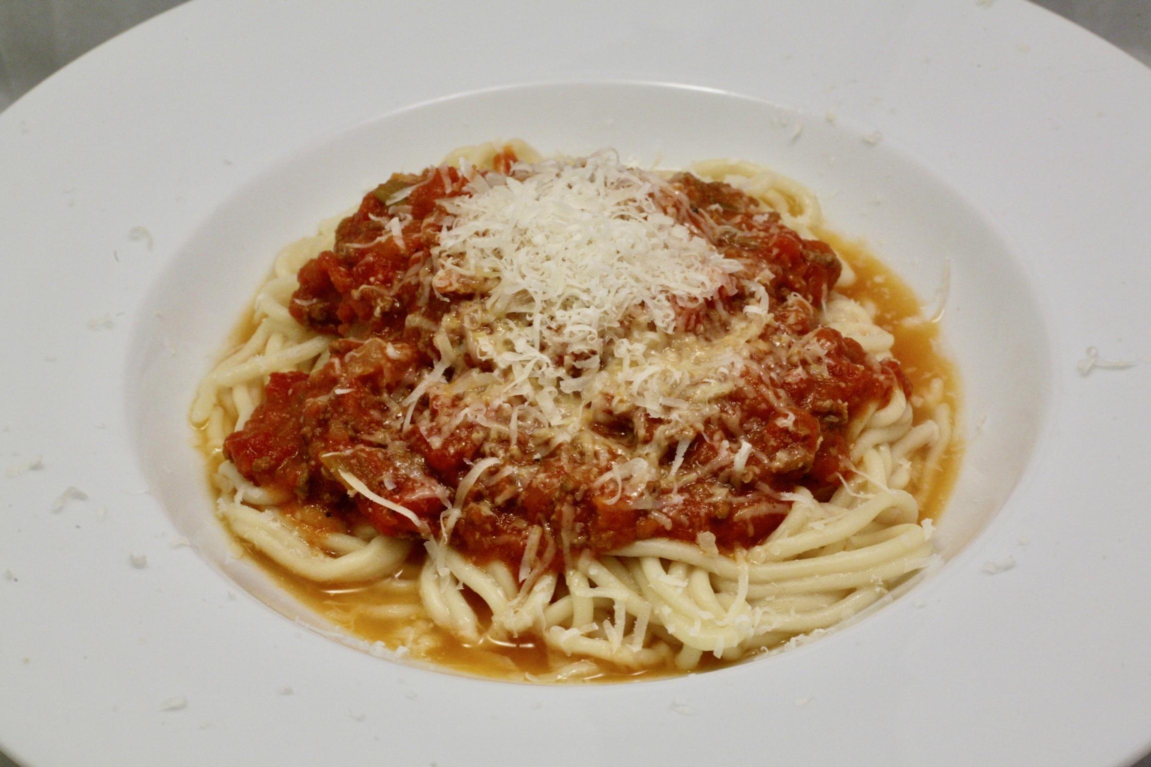 Frische Spaghetti mit Sauce Bolognese mit Dom Perignon