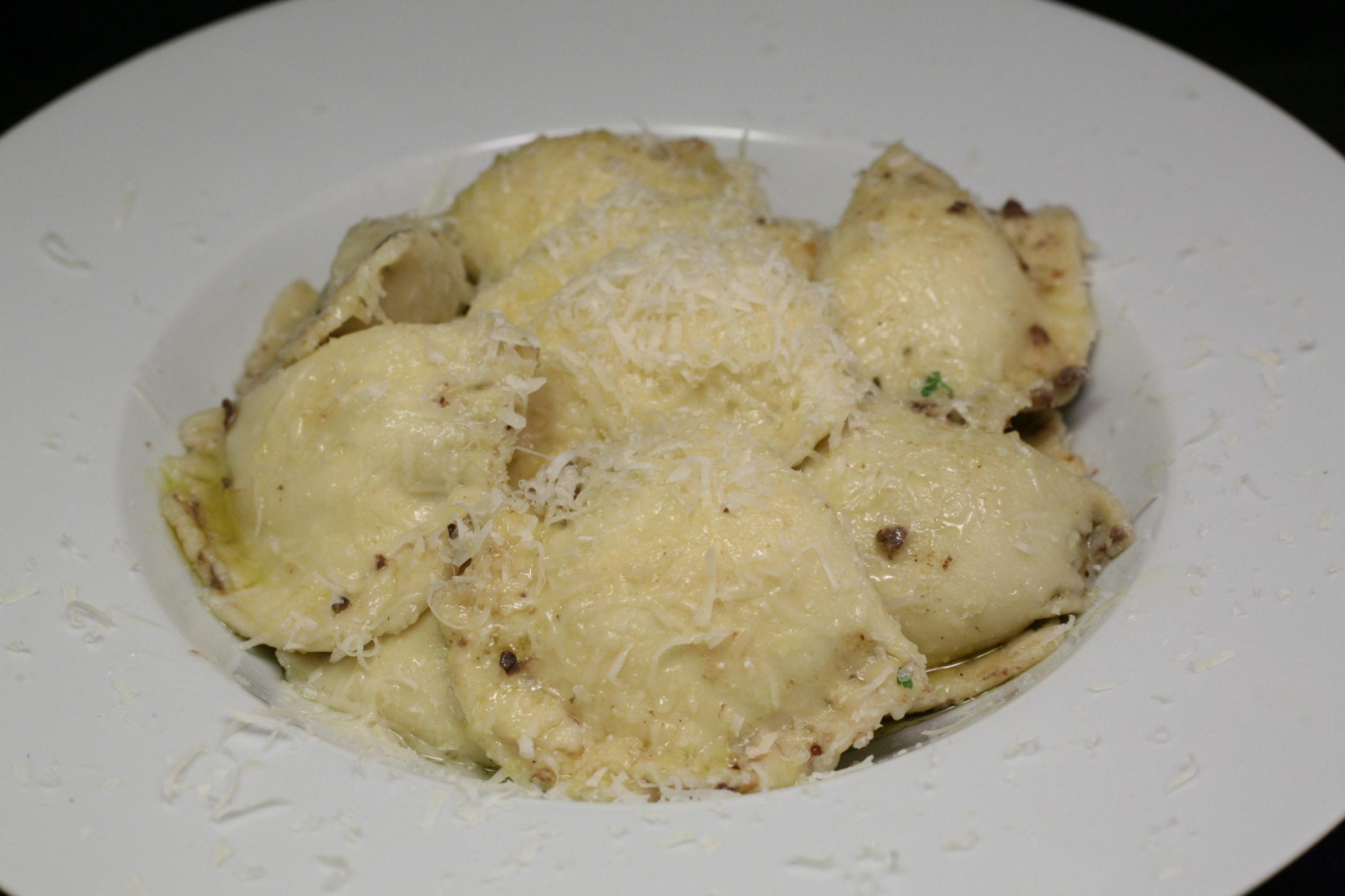 Frische Innereien-Ravioli mit Olivenöl und Parmiginao Reggiano
