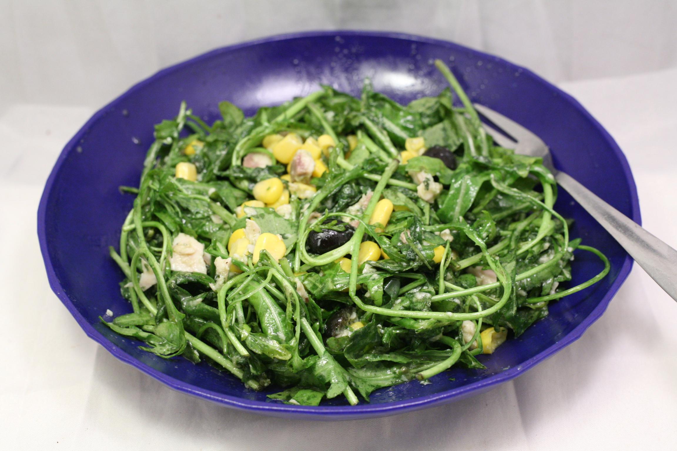 Rucola-Salat mit Wildlachs, Mais und Oliven