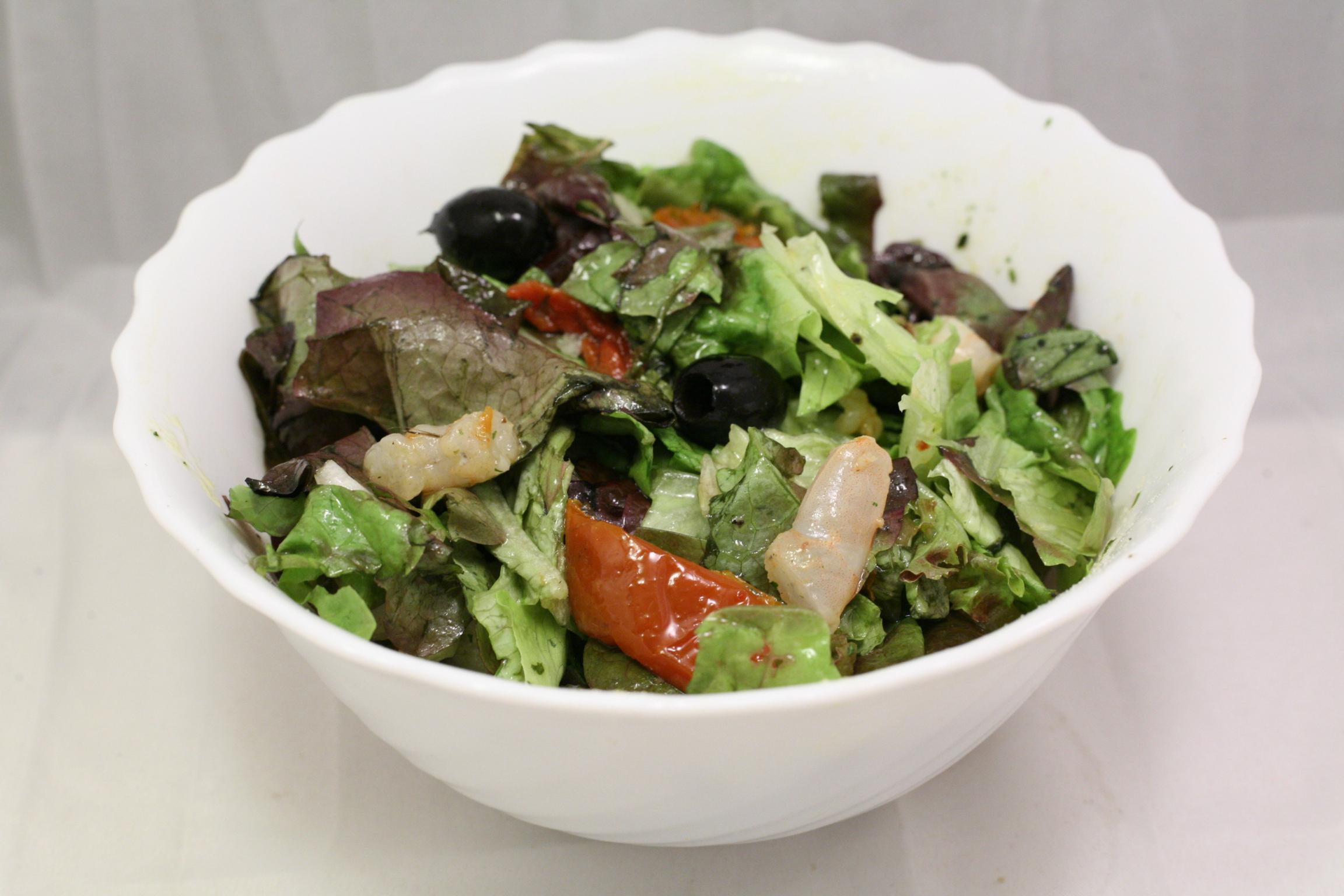 Batavia-Salat mit Garnelen, getrockneten Tomaten und Oliven