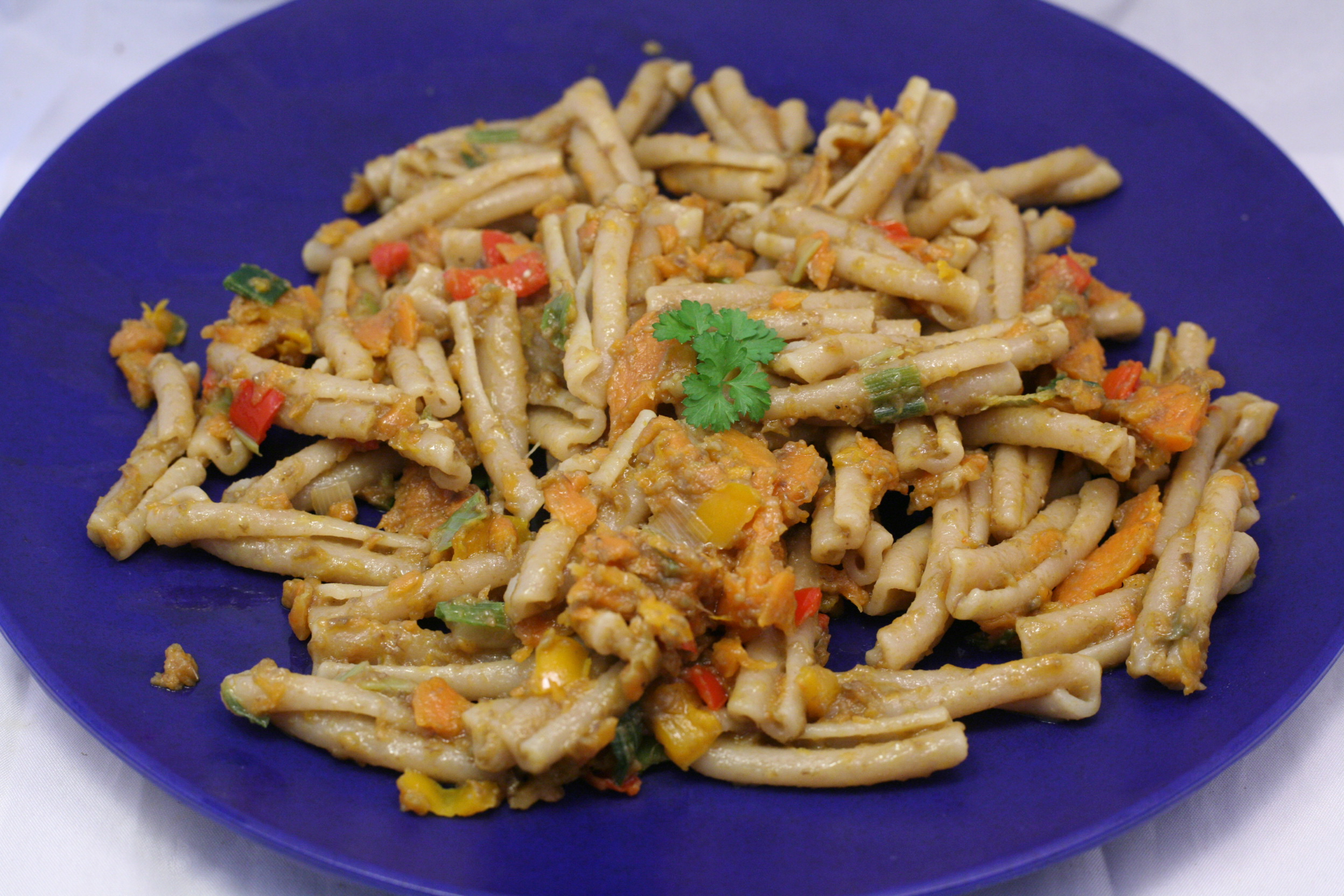 Casarecce mit Acocado-Paprika-Wurzel-Pesto