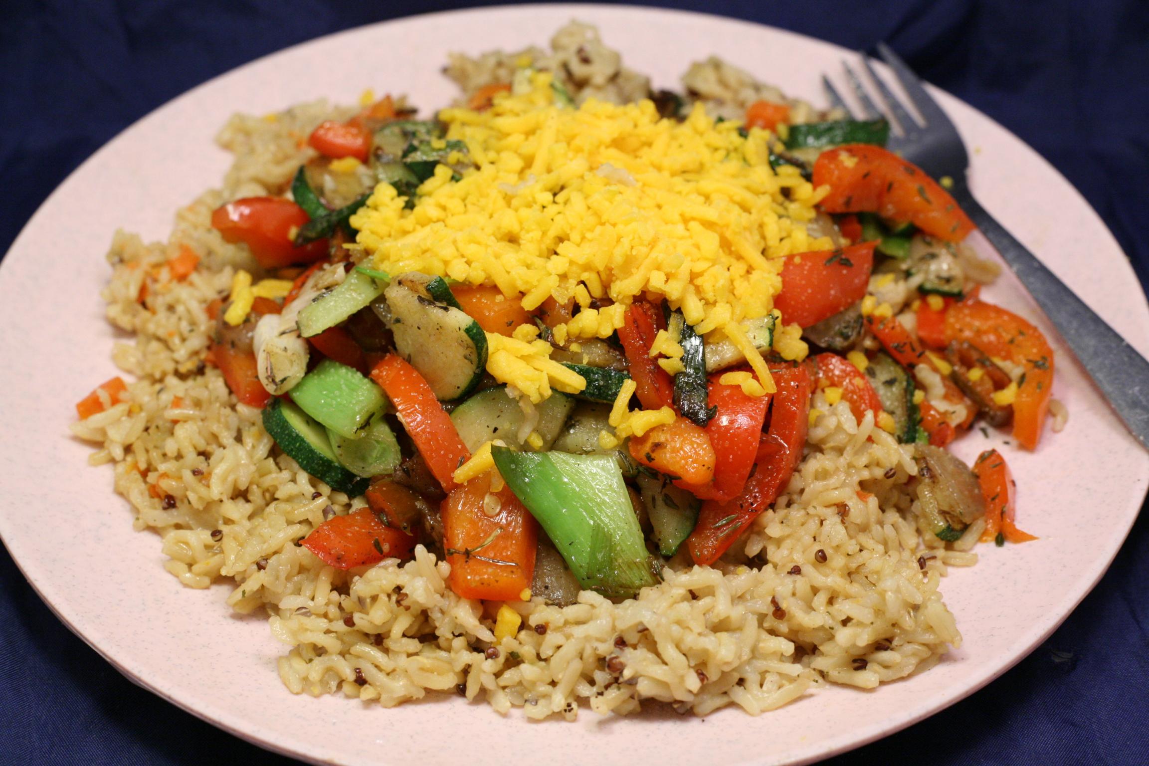 Paprika-Zucchini-Gemüse auf Körner-Mischung