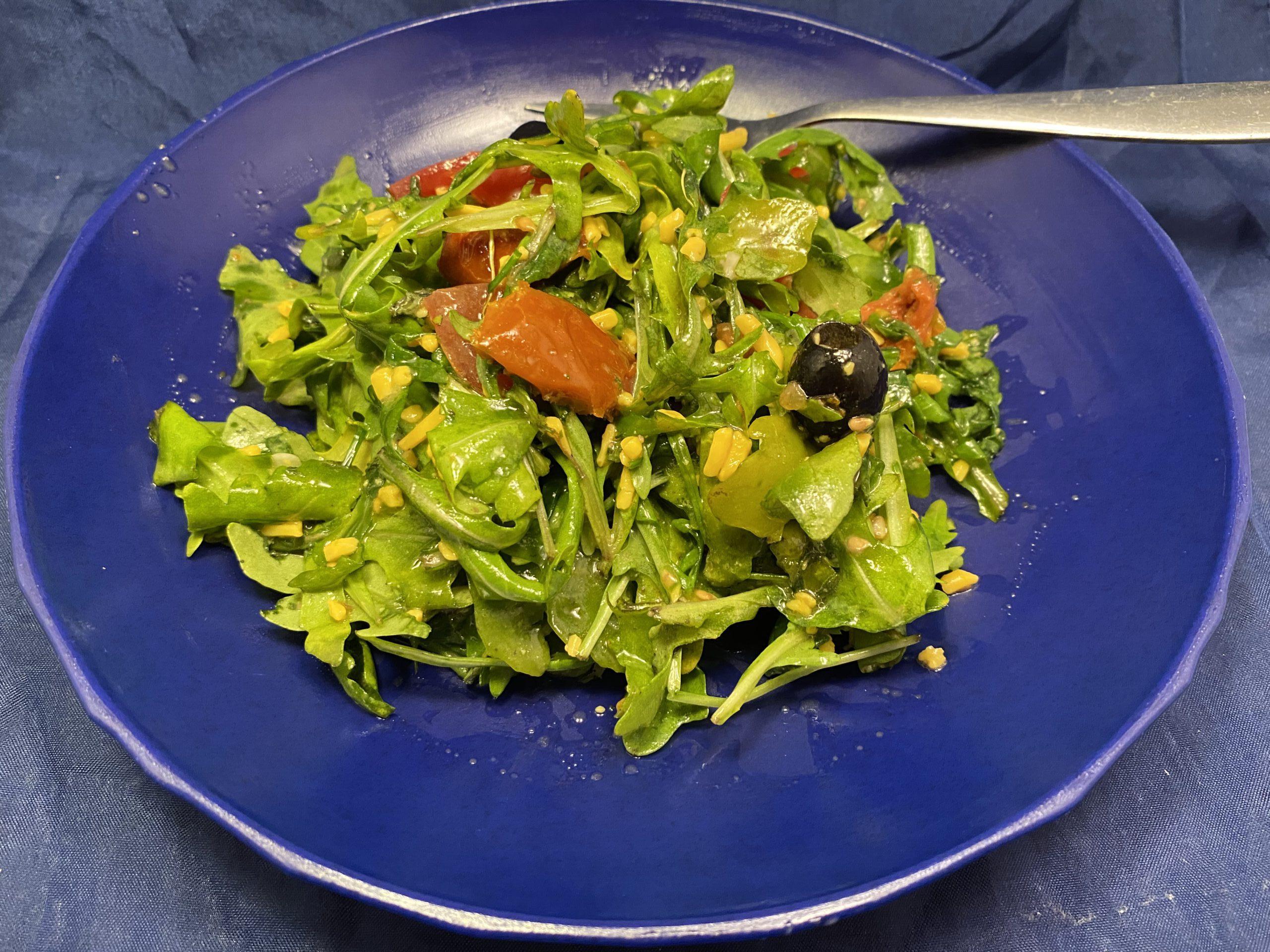 Rucola-Salat mit Gemüse, Oliven und Cheddar