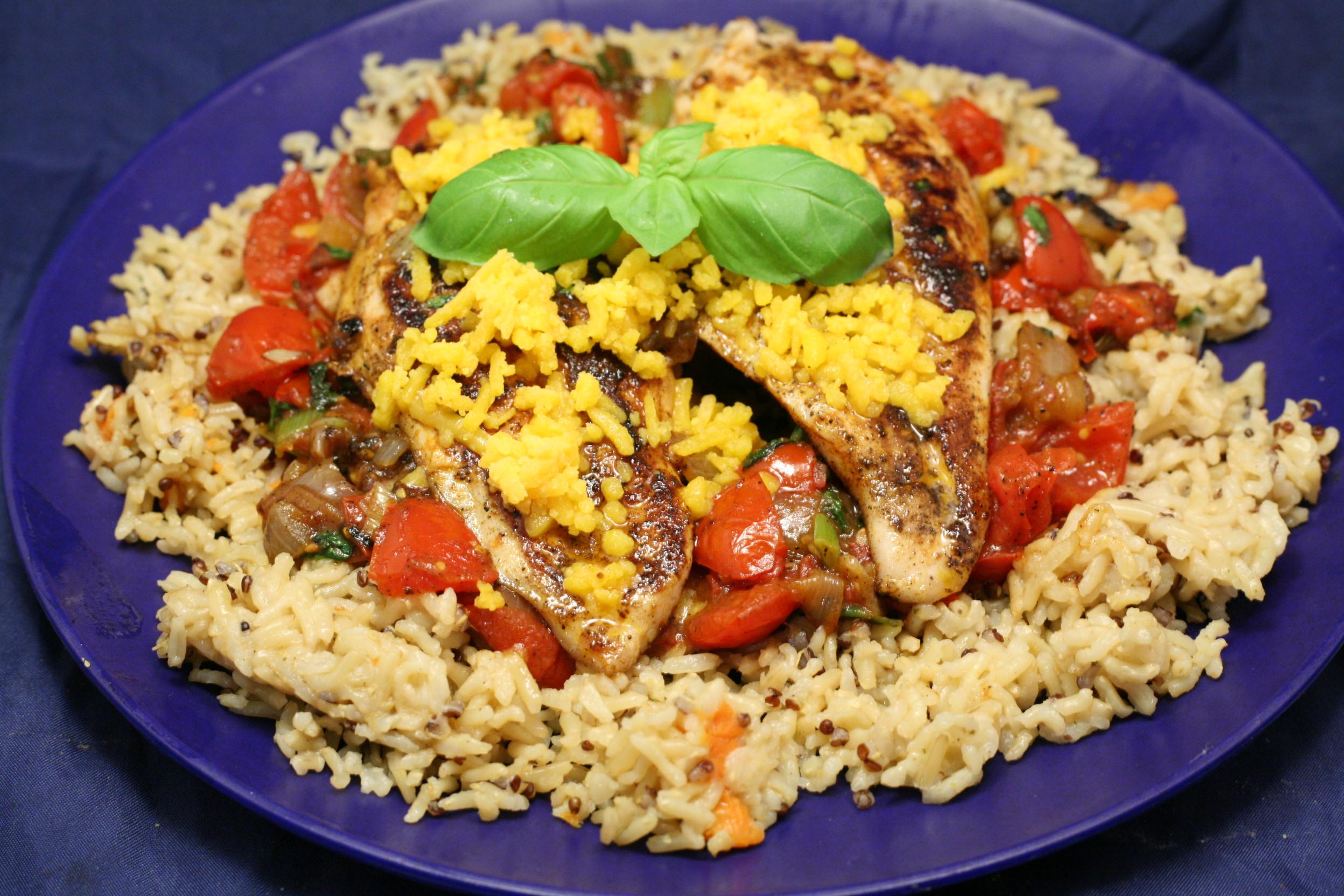 Hähnchenbrustfilets auf Gemüse und Reismischung