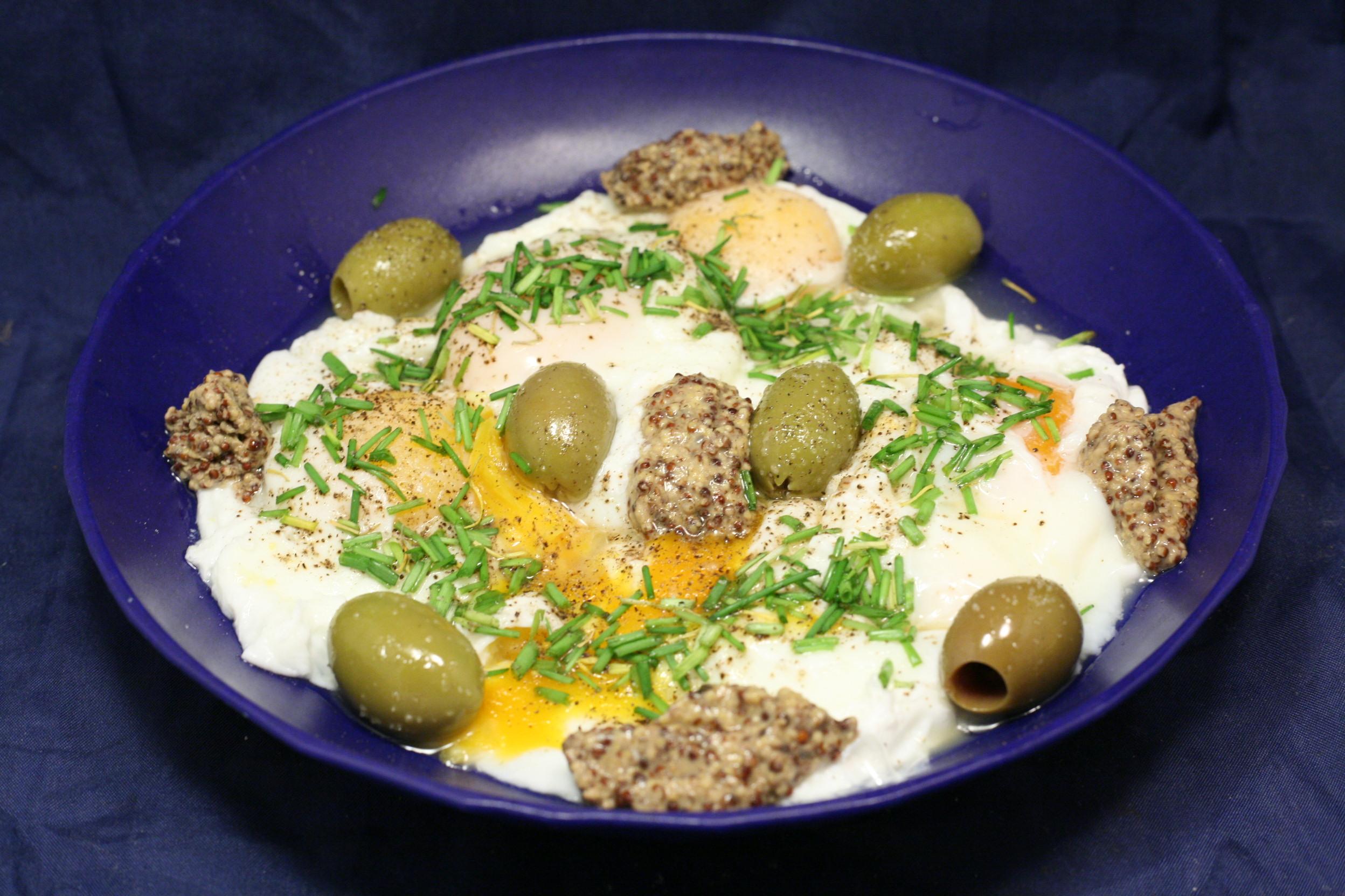 Pochierte Eier mit Oliven, grobkörnigem Senf und Schnittlauch
