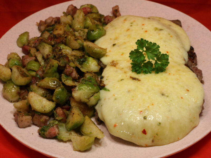 Überbackenes Rumpsteak mit Rosenkohl-Speck-Gemüse