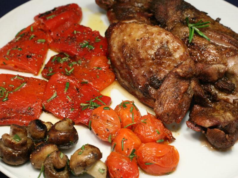 Frittiertes und gebratenes Fleisch mit Gemüse