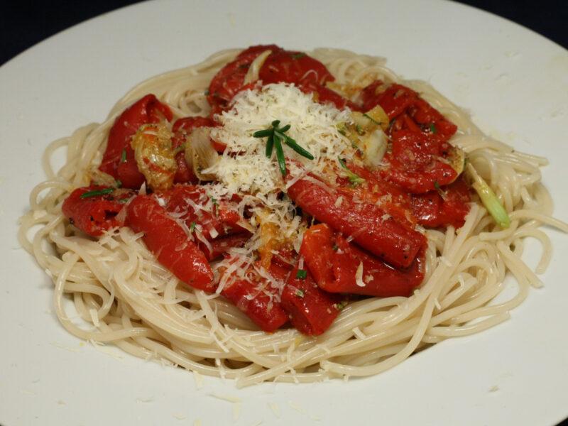 Dinkel-Spaghetti mit Paprika, Knoblauch, Rosmarin und Olivenöl