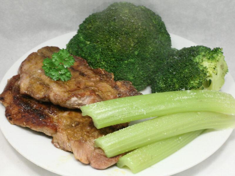 Gegrillte Nacken-Koteletts mit Brokkoli und Staudensellerie