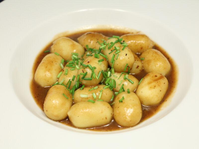 Gnocchi mit Käse- und Waldpilzfüllung mit schwarzer Bohnen-Sauce