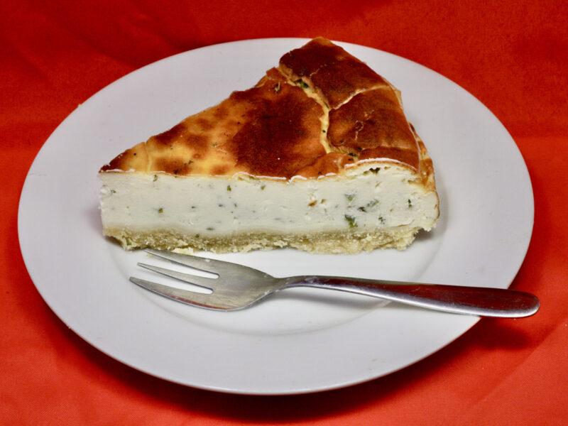 Pikanter Kräuter-Kuchen mit Käse und Quark