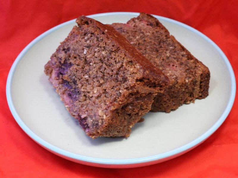Rührkuchen mit Kakao-Nuss-Müsli und Obst