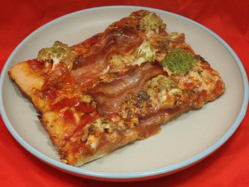 Pizza mit Romanesco und Bauchspeck